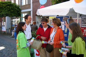 Schüler und Passanten vor einem Info-Stand