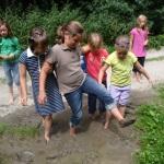 Kinder spielen im Matsch