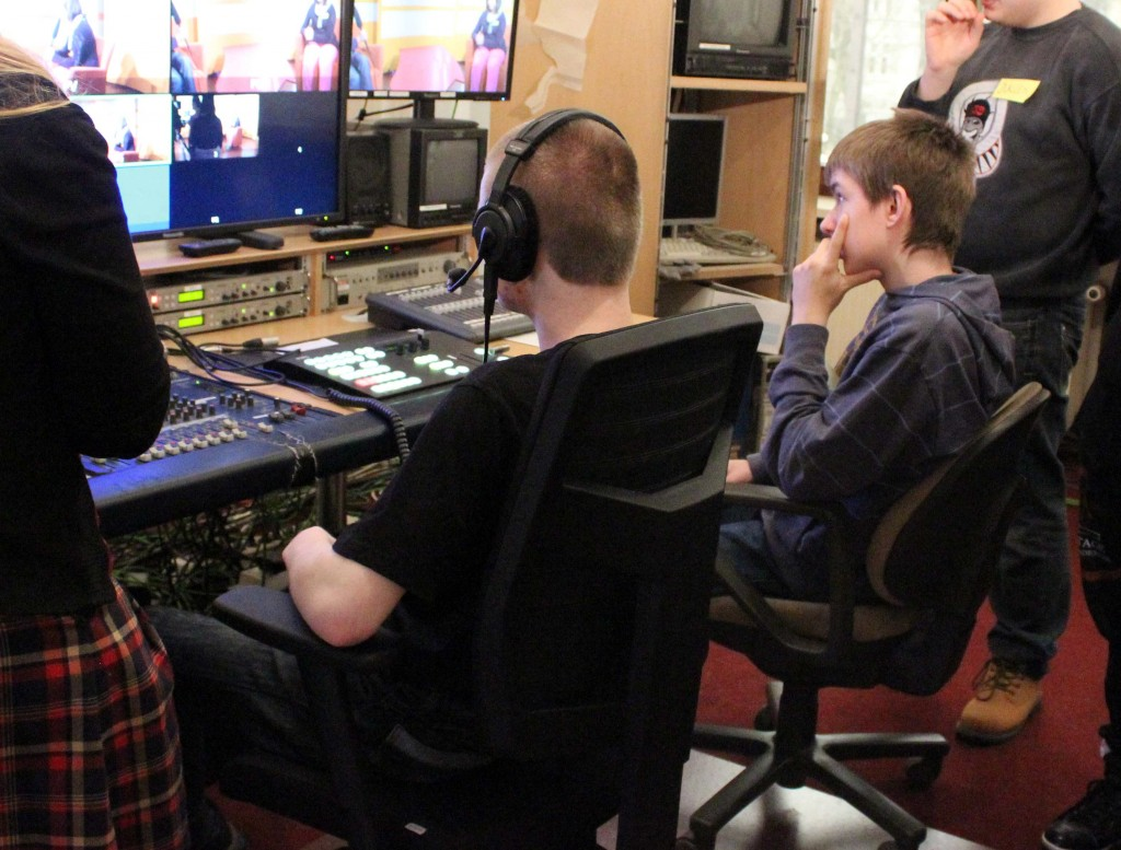 Jugendliche arbeiten in eine TV-Regieraum