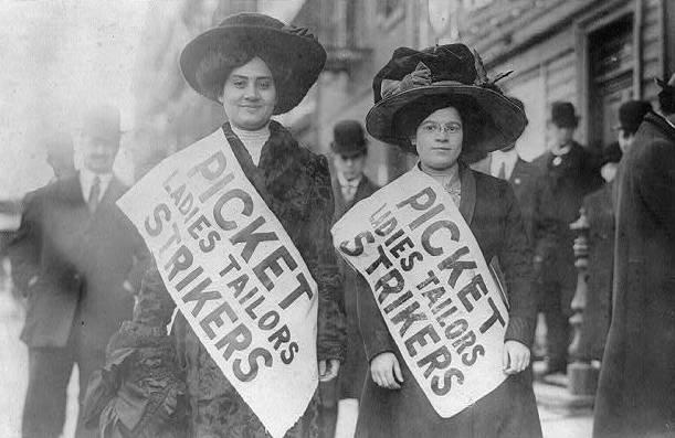 """Zwei Frauen mit Banner """"Picket Ladies Tailors Strikers"""""""