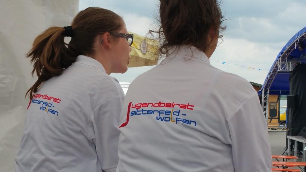 Zwei Jugendliche mit T-Shirt vom Jugendbeirat