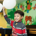 Junge mit Luftballons